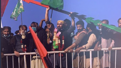 Photo of PDM workers break security barriers, take control of Multan Jalsa Gah