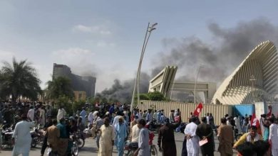 Photo of Protesters set several shops, vehicles ablaze in Bahria Town Karachi